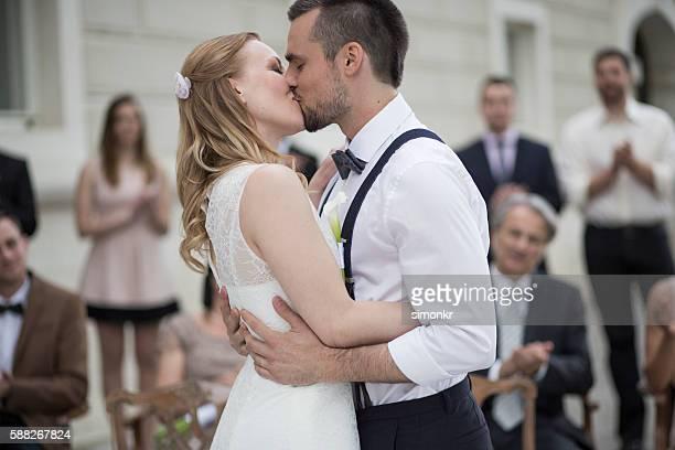 Mariée et le marié embrassant