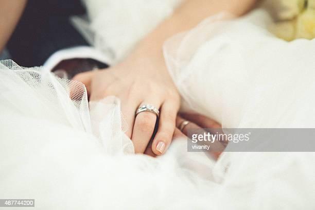 Le marié et la mariée de mains