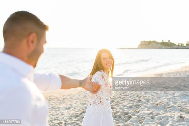 Mariée et le marié se tenant des