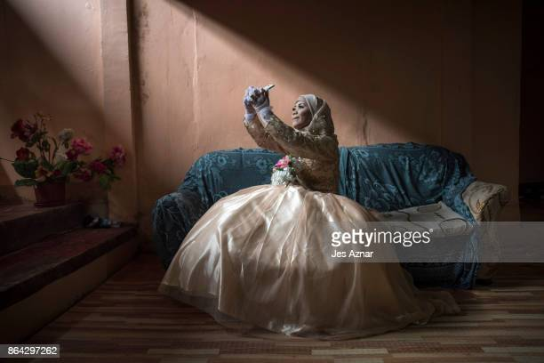 Bride Katty Malang Mikunug takes a photo of herself in her wedding dress on October 21 2017 in Saguiaran in Lanao del Sur southern Philippines Paulo...