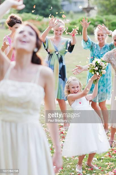 Jeter de bouquet de la mariée à la réception de mariage