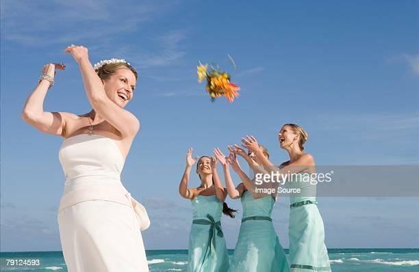 花嫁投げるブーケ