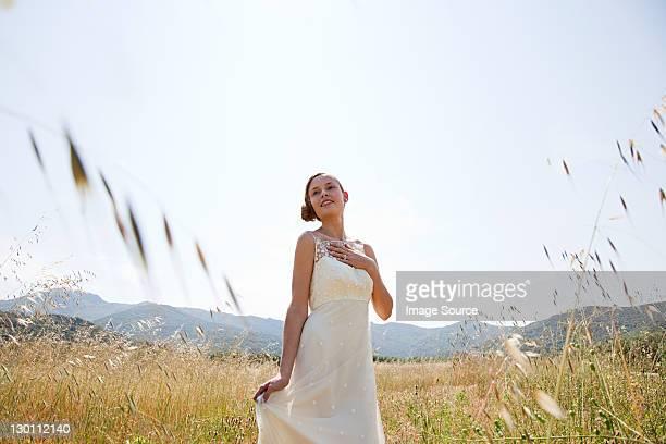 Braut tragen Hochzeit Kleid allein im Feld