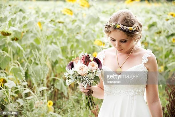 Mariée avec des fleurs dans la nature le jour de votre mariage