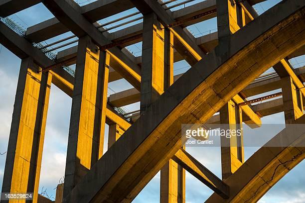 La costruzione di ponti e cielo di sera luce solare