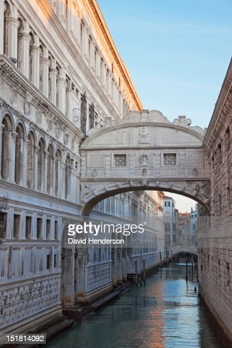 Bridge of Sighs over canal in Venice, Italy : Stock Photo