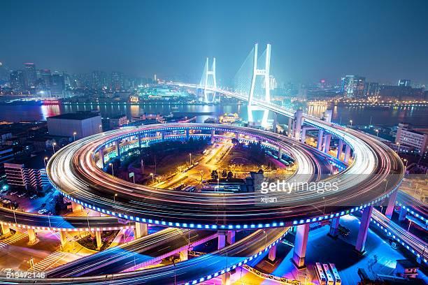 Puente tráfico por la noche