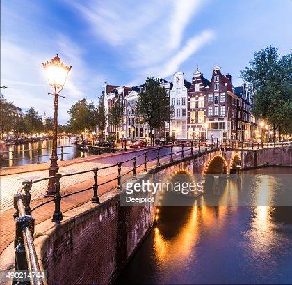 ブリッジズ、アムステルダムの運河照明付きのサンセットホーランド