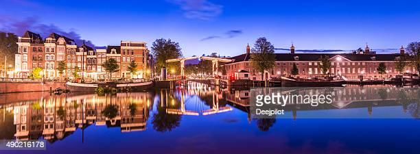 Ponts et les canaux d'Amsterdam aux Pays-Bas au Crépuscule illuminé