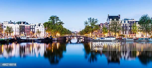 Brücken und Kanäle von Amsterdam beleuchtet bei Sonnenuntergang, Holland