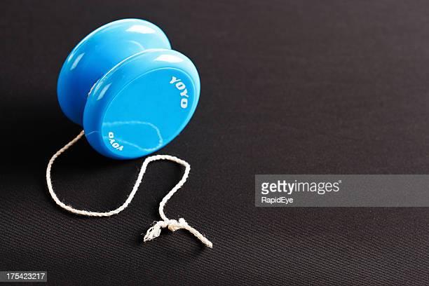 Bleu vif yo-yo jouet sur fond noir