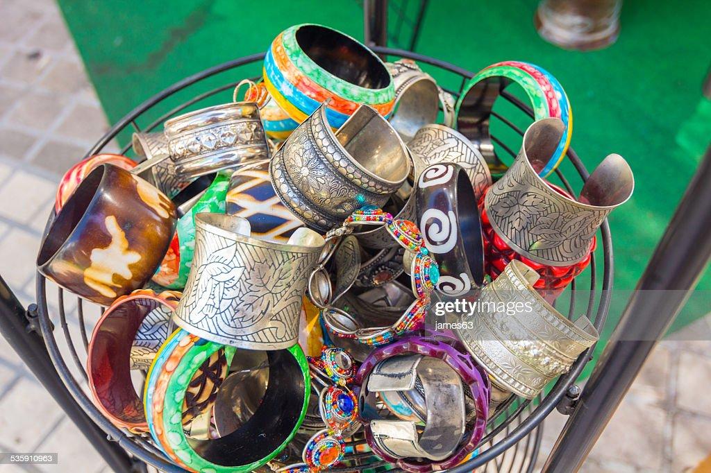 Pulseiras e braceletes de brilhantes para mulheres : Foto de stock