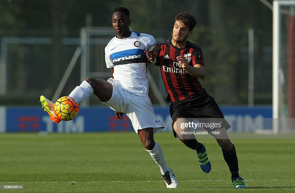 Bright Gyamfi of FC Internazionale competes for the ball with Patrick Cutrone of AC Milan during the juvenile match between AC Milan and FC Internazionale at Centro Sportivo Giuriati on April 29, 2016 in Milan, Italy.