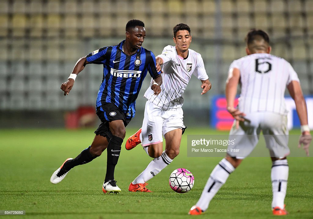 Bright Gyamfi of FC Internazionale in action during the juvenile playoff match between FC Internazionale and US Citta di Palermo on May 27, 2016 in Modena, Italy.