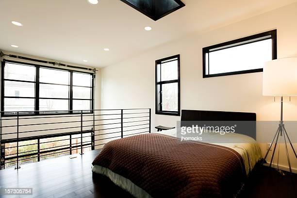 Lumineuse chambre à coucher d'un Loft