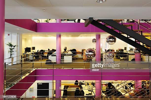 Hellen offenen Raum Büro in Violett und Schwarz