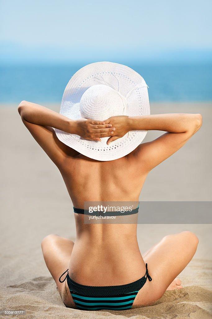 HABITACIÓN AMPLIA, foto de una hermosa modelo relaja en la playa. : Foto de stock