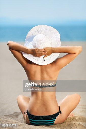 Brilhante foto de uma bela modelo relaxar na praia. : Foto de stock