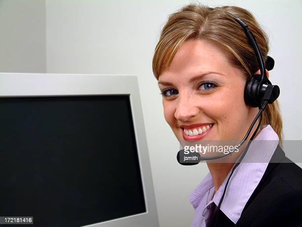 Lumineuse souriant opérateur avec moniteur