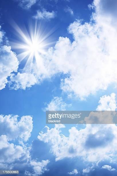 Helle Sonne in den blauen Himmel