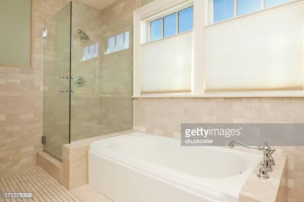 Lumineuse salle de bains carrelée