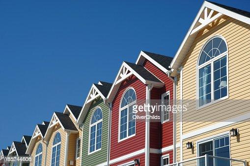 Maisons de ville de couleur vive