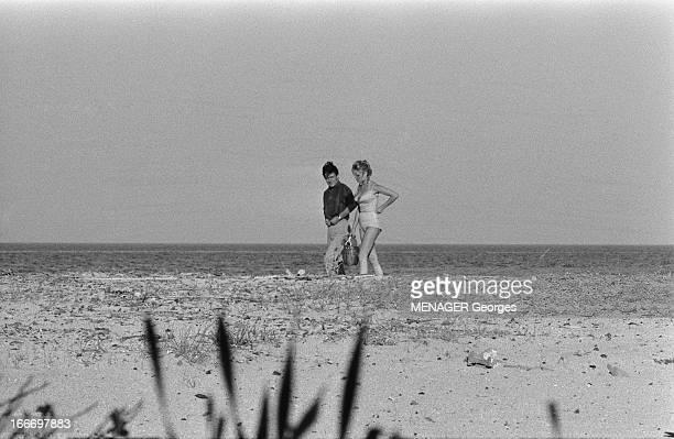 Brigitte Bardot And Jacques Charrier Engaged Jacques CHARRIER avec sa compagne Brigitte BARDOT sur une plage à l'abri des curieux Juin 1959