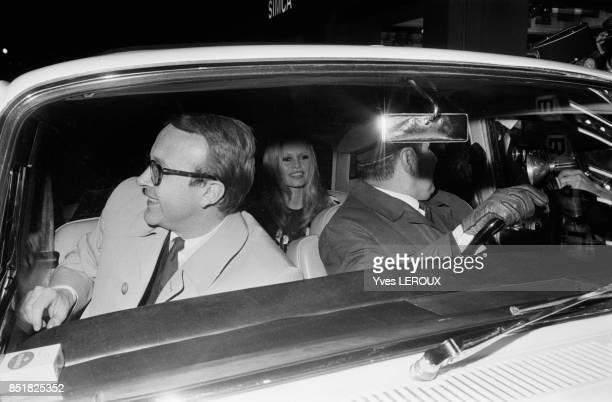 Brigitte Bardot arrive en voiture lors de la première du film 'L'Ours et la poupée' le 6 février 1970 à Paris France