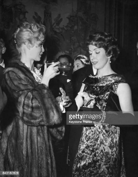 Brigitte Bardot et Danielle Darrieux lors de la remise des 'Victoires' du cinéma français dans les salons de l'industrie et du commerce à Paris...