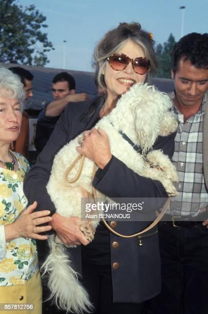Brigitte Bardot et l'animateur de television Bernard Montiel au refuge SPA le 1er octobre 1994 a Gennvilliers France