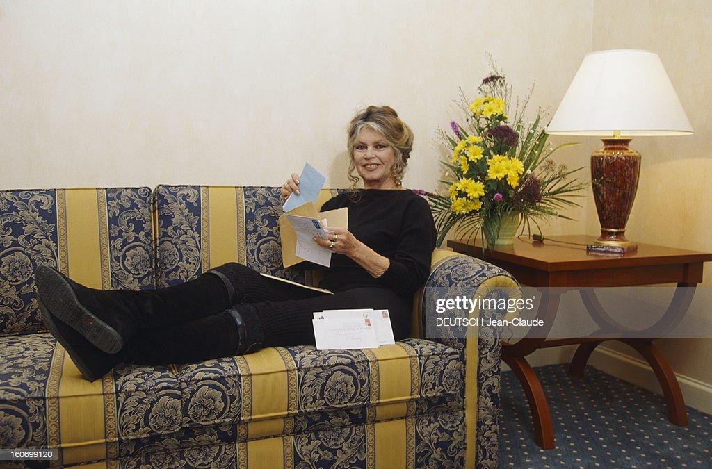 Brigitte Bardot In Romania. Au nom de sa fondation, Brigitte BARDOT s'est rendue à Bucarest pour plaider la cause des animaux. Bref moment de détente pour Brigitte dans sa chambre d'hôtel à l'Athénée Palace Hilton. Février 1998.