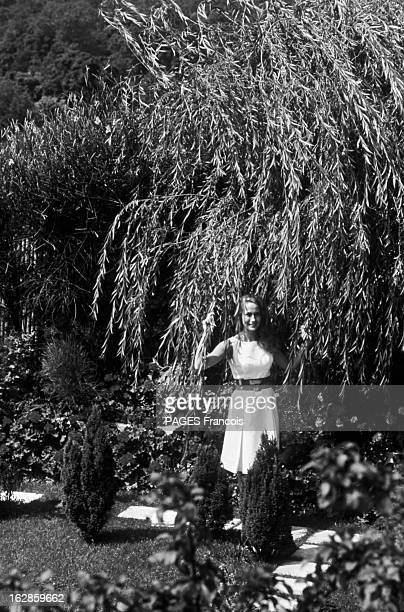Brigitte CloseUp Of Fossey France 14 juillet 1966 sur sa terrasse l'actrice française Brigitte FOSSEY souriante est debout sous un arbre tenant une...