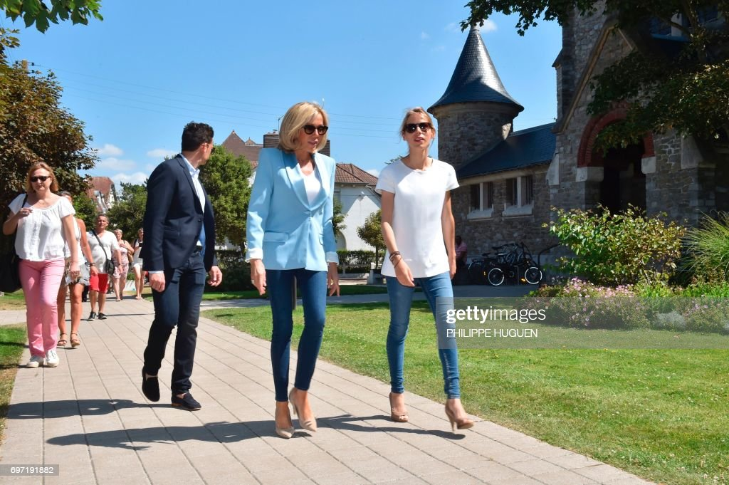 Brigitte Macron (C), wife of French President Emmanuel Macron, and her daughter Tiphaine Auziere (R) arrive to vote for the second round of the French parlamentiary elections (elections legislatives in French) on June 18, 2017 in Le Touquet, northern France. / AFP PHOTO / Philippe HUGUEN