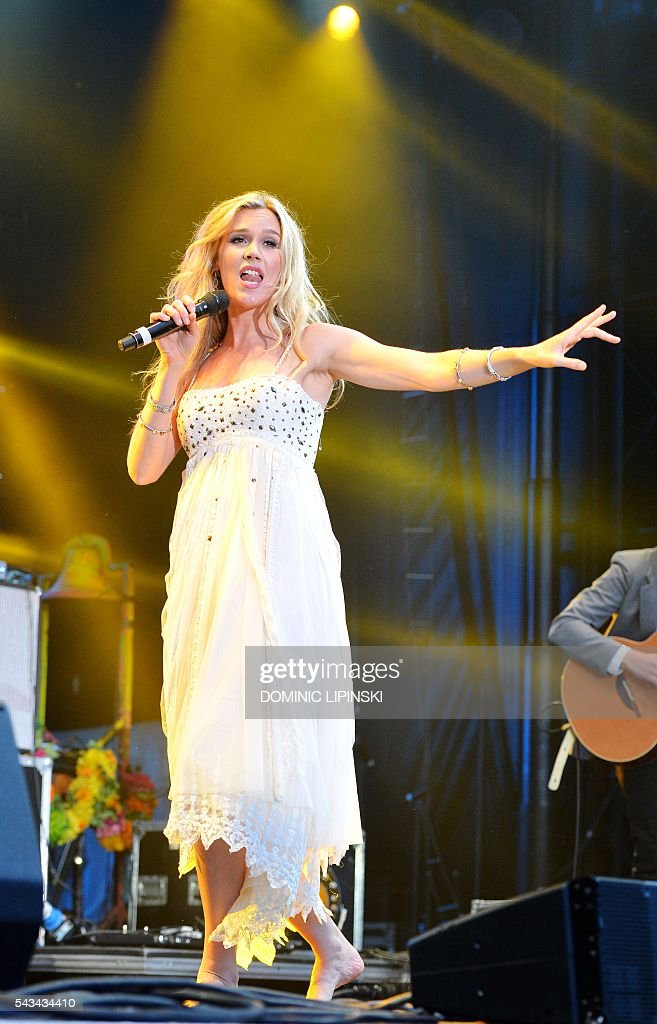 Briritsh singer Joss Stone performs on stage at the Sentebale Concert at Kensington Palace in central London on June 28, 2016 in London. Prince Harry will be joined by co-founding Patron Prince Seeiso of Lesotho to watch the concert and will deliver a speech on stage during the evening. The event will raise funds to support Sentebale's work helping vulnerable young people in Lesotho and Botswana. / AFP / POOL / Dominic Lipinski