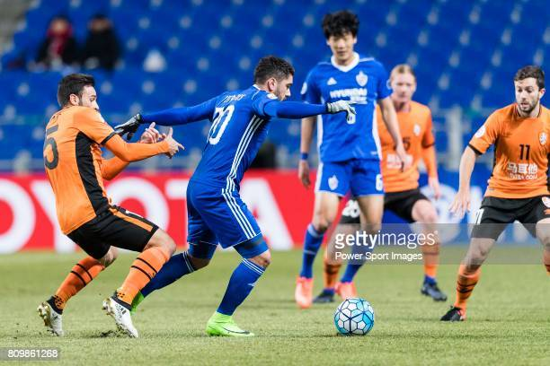 Brisbane Roar Forward Manuel Arana Rodriguez fights for the ball with Ulsan Hyundai Midfielder Dimitrios Petratos during the AFC Champions League...