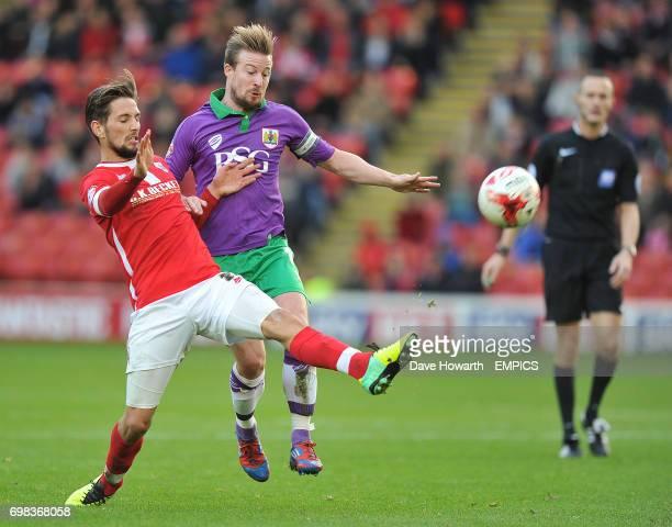 Bristol City's Wade Elliott and Barnsley's Conor Hourihane battle for the ball
