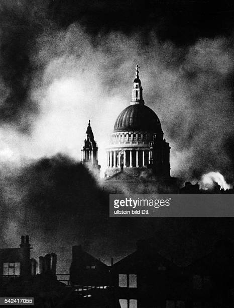 2WW Britain during / Air War Battle of Britain Bomb raid against London StPaul's cathedral 2912 1940