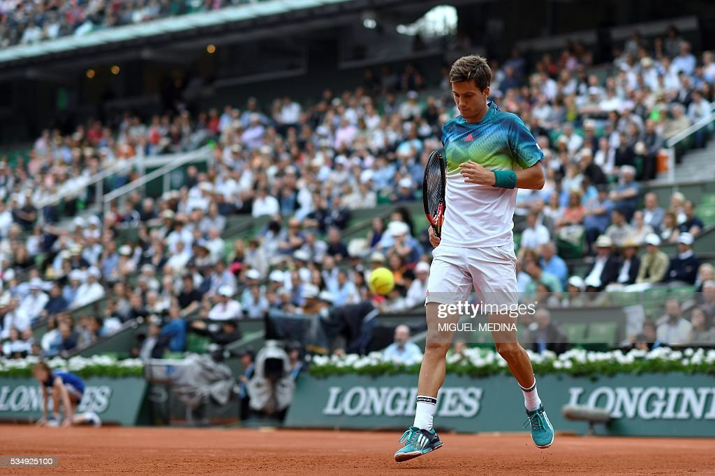 Britain's Aljaz Bedene looks on during his men's third round match against Serbia's Novak Djokovic at the Roland Garros 2016 French Tennis Open in Paris on May 28, 2016. / AFP / MIGUEL
