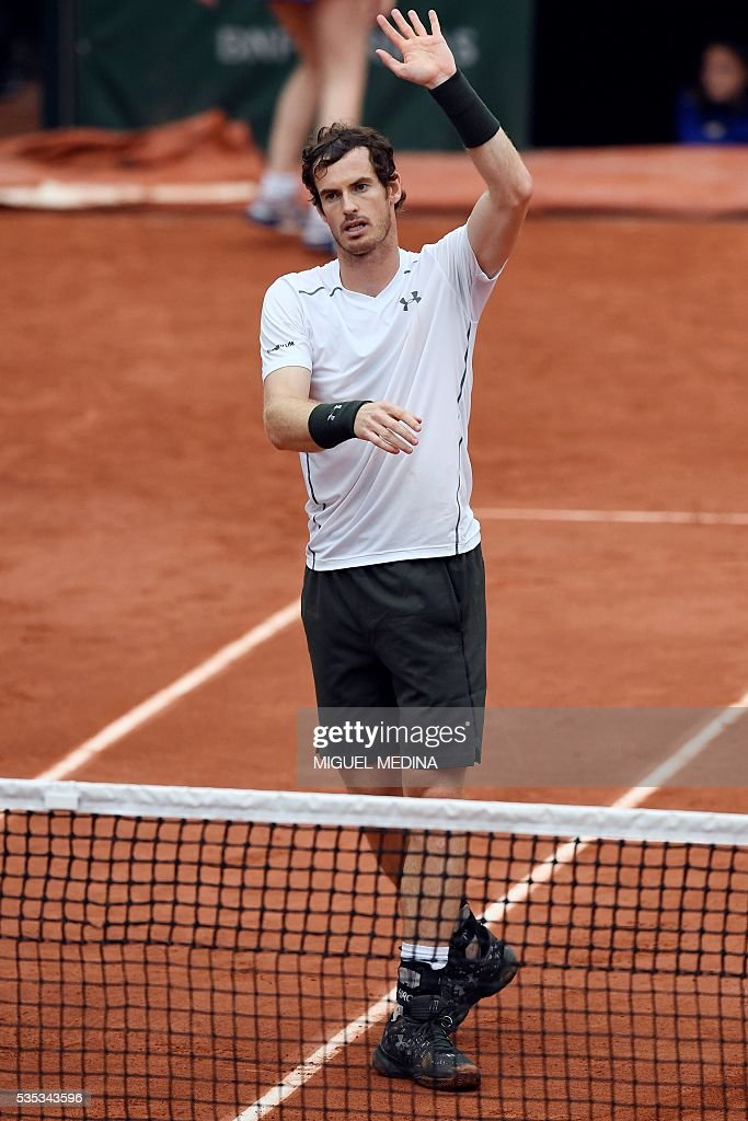 Britain's Andy Murray celebrates after winning his men's fourth round match against US player John Isner at the Roland Garros 2016 French Tennis Open in Paris on May 29, 2016. / AFP / MIGUEL