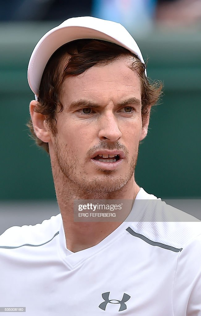 Britain's Andy Murray looks on during his men's fourth round match against US player John Isner at the Roland Garros 2016 French Tennis Open in Paris on May 29, 2016. / AFP / Eric FEFERBERG