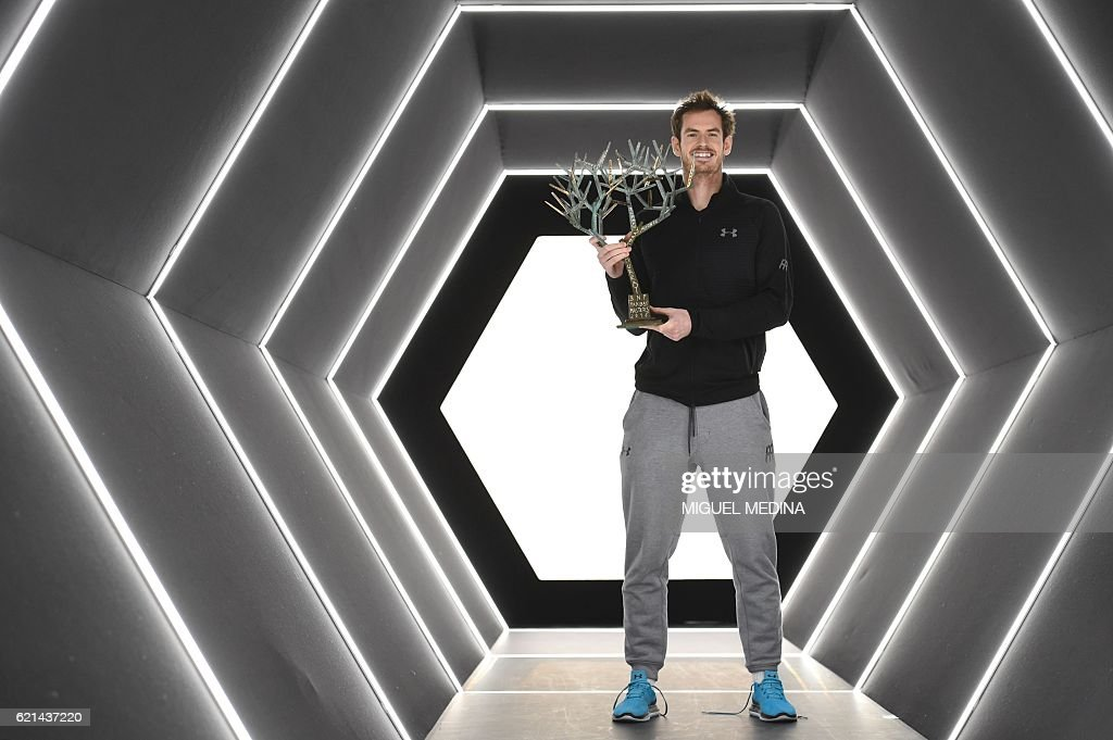 Britain's Andy Murray poses with his trophy after winning the final tennis match against USA's John Isner at the ATP World Tour Masters 1000 indoor tournament in Paris on November 6, 2016. / AFP / MIGUEL