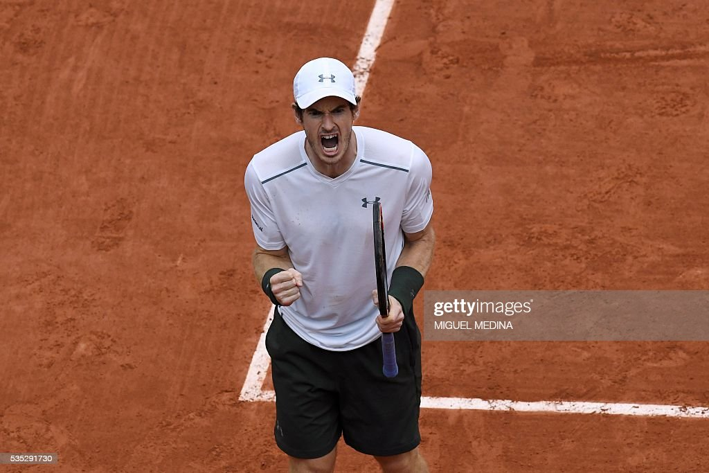 Britain's Andy Murray reacts during his men's fourth round match against US player John Isner at the Roland Garros 2016 French Tennis Open in Paris on May 29, 2016. / AFP / MIGUEL