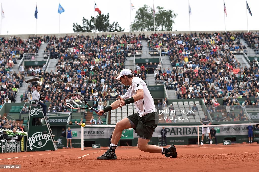 Britain's Andy Murray returns the ball to US player John Isner during their men's fourth round match at the Roland Garros 2016 French Tennis Open in Paris on May 29, 2016. / AFP / Eric FEFERBERG
