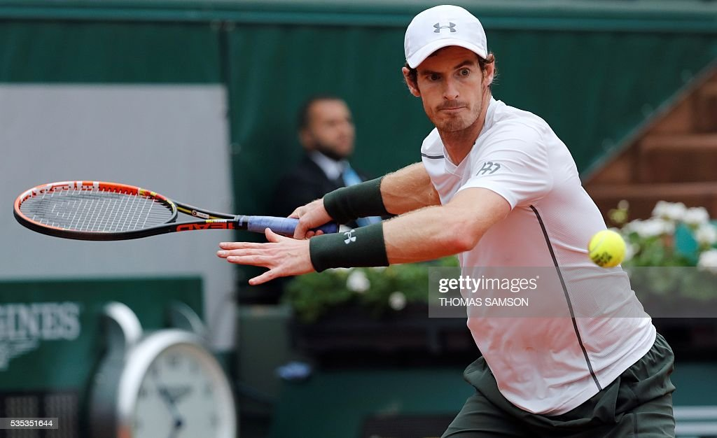 Britain's Andy Murray returns the ball to US player John Isner during their men's fourth round match at the Roland Garros 2016 French Tennis Open in Paris on May 29, 2016. / AFP / Thomas SAMSON
