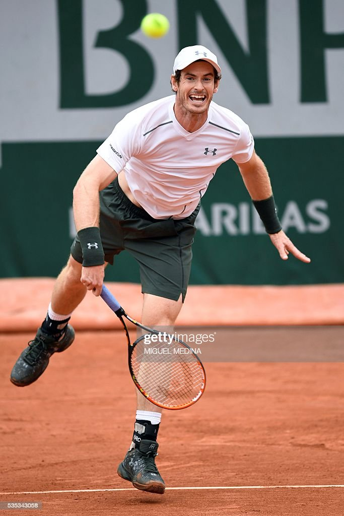 Britain's Andy Murray serves the ball to US player John Isner during their men's fourth round match at the Roland Garros 2016 French Tennis Open in Paris on May 29, 2016. / AFP / MIGUEL