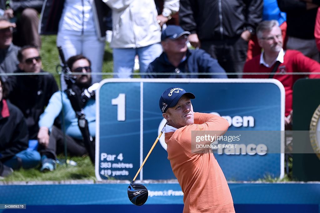 Britain's David Horsey plays off the 9th tee during the first round of the 100th French Golf Open on July 30, 2016 at Le Golf National in Guyancourt, near Paris. / AFP / DOMINIQUE