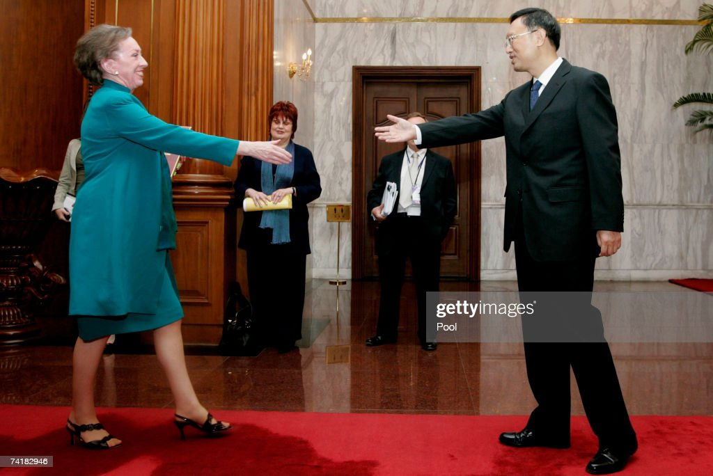 Britain's Foreign Secretary Margaret Beckett (L) meets China's Foreign Minister Yang Jiechi on May 18, 2007 in Beijing, China. The British foreign secretary is on an 8 day official visit to China, Hong Kong and Japan.