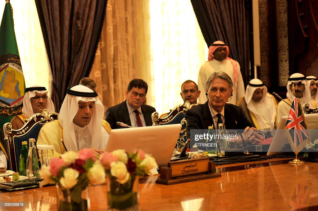 Britain's Foreign Secretary Philip Hammond (R) and Saudi Foreign Minister Adel Al-Jubair attend a meeting with foreign ministers of the Gulf Cooperation Council (GCC) in Jeddah on May 29, 2016. / AFP / STRINGER