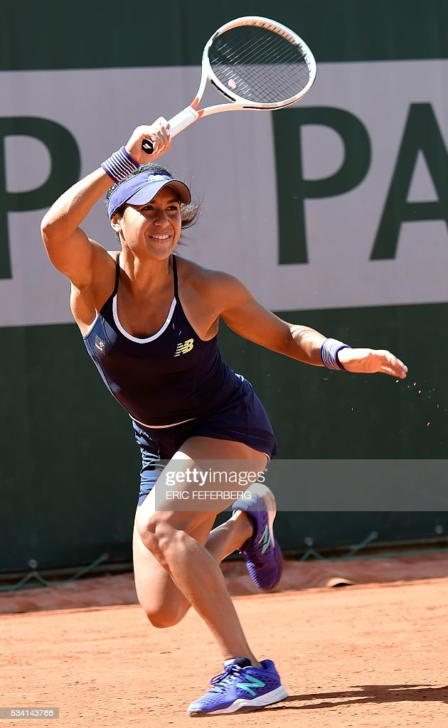 Britain's Heather Watson returns the ball to Russia's Svetlana Kuznetsova during their women's second round match at the Roland Garros 2016 French Tennis Open in Paris on May 25, 2016. / AFP / Eric FEFERBERG