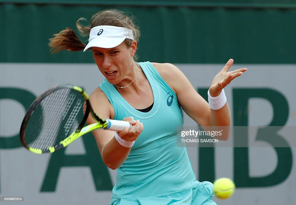 Britain's Johanna Konta returns the ball to Germany's Julia Goerges during their women's first round match at the Roland Garros 2016 French Tennis Open in Paris on May 24, 2016. / AFP / Thomas SAMSON